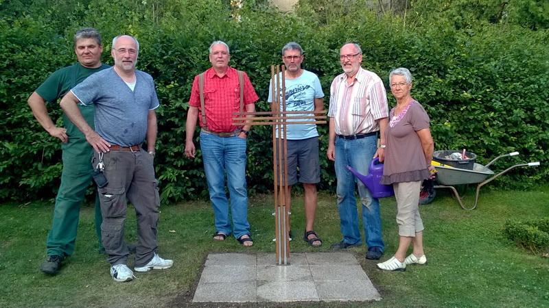 Eichen-Holzkreuz auf dem Friedhof in Bessingen